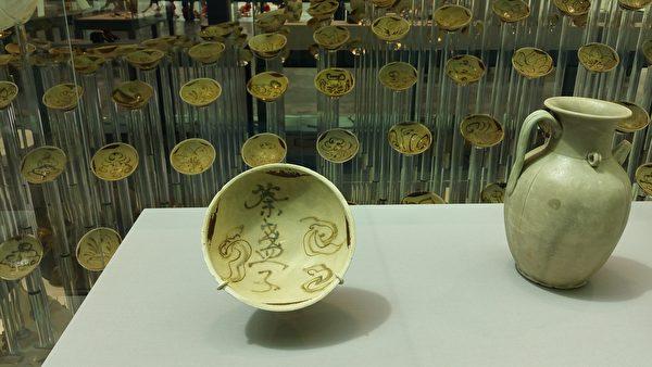 唐朝長沙窯製,寫有「荼(茶)盞子」的碗。(筆者拍攝/大紀元)