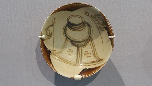 唐代長沙窯製,寫有卍字符圖案的瓷碗。(筆者拍攝/大紀元)