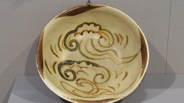 唐代長沙窯製,褐綠相間的雲氣紋碗。(筆者拍攝/大紀元)
