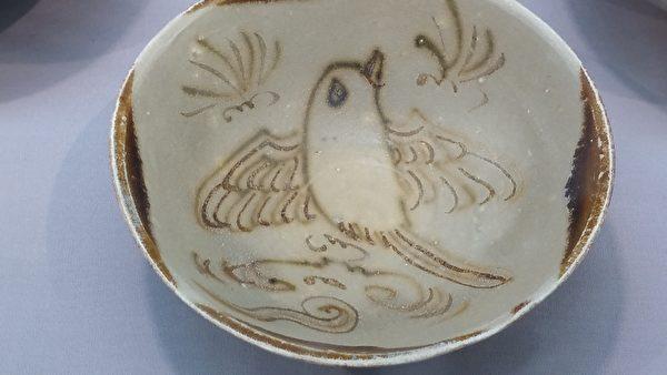 唐代長沙窯製,褐斑彩繪鳥紋碗。(筆者拍攝/大紀元)