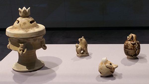 左一:香爐。左二:石狗鎮紙。右二前面:玉鳥口哨子。右一:龍柄蛋形瓷硯滴 。(筆者拍攝/大紀元)