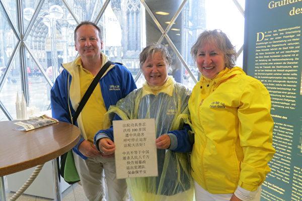 德國一家三姐弟17年堅持在科隆大教堂前給中國人講真相。從左至右:小弟Werner、大姐Karin、二姐Ursula。(余平/大紀元)
