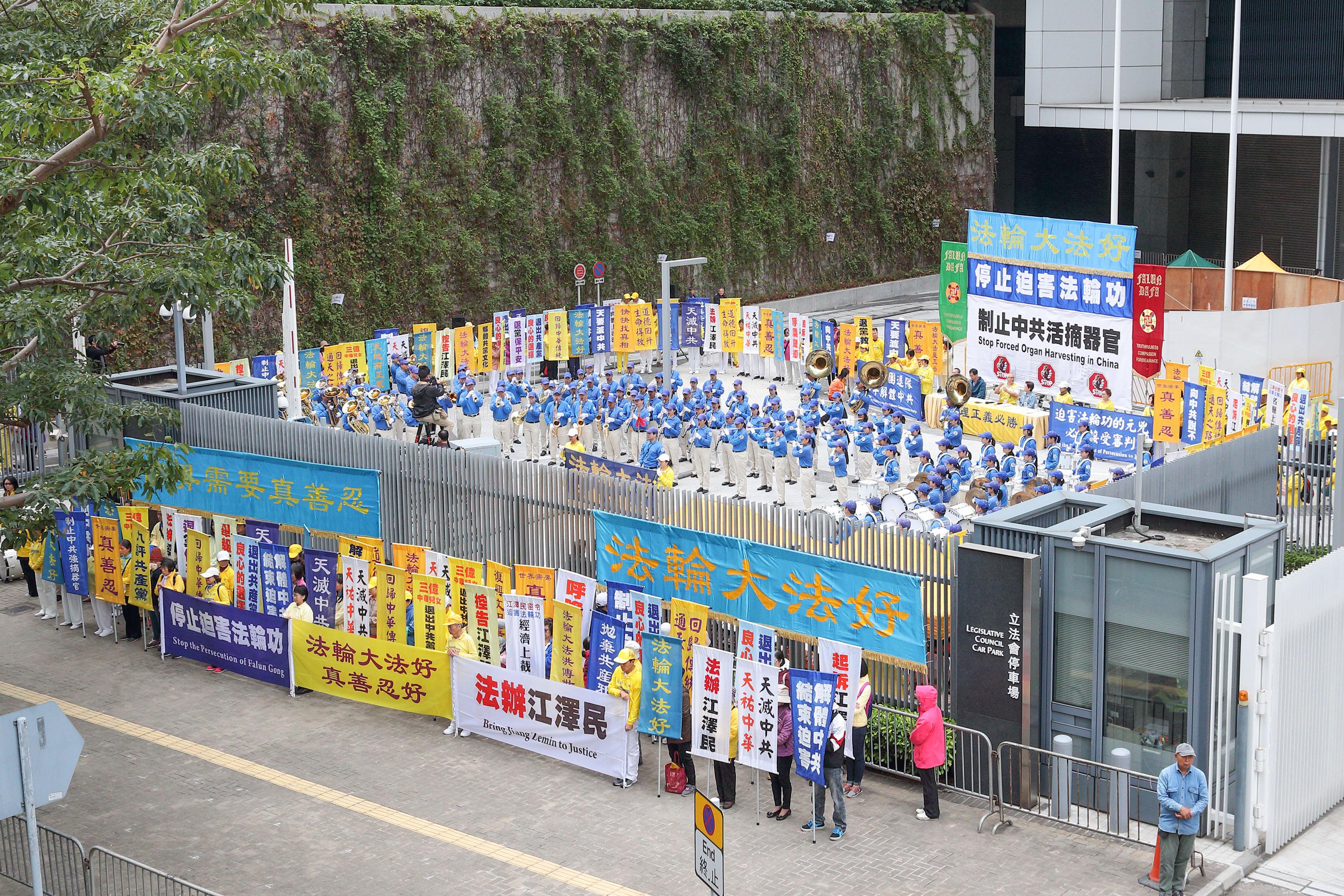 2018年12月9日上午10點,香港法輪功學員在政府總部前的「公民廣場」上舉行反迫害集會。(明慧網)