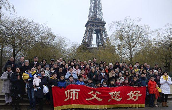 法國部份法輪功學員相聚鐵塔下,恭祝李洪志師父新年快樂。(明慧網)