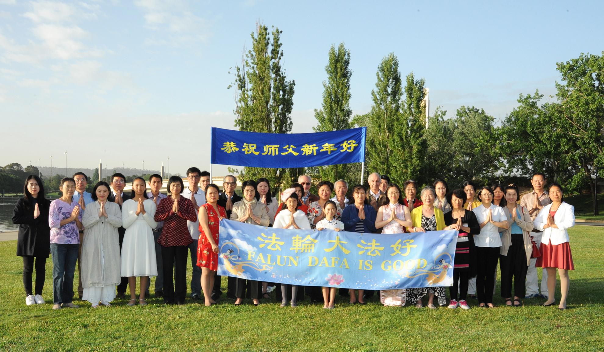 澳洲首都坎培拉法輪功學員共同恭祝李洪志師父新年好。(Jenny Zheng/大紀元)