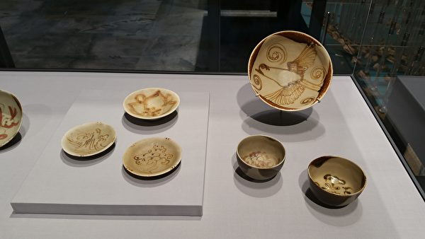 唐代長沙窯的一組:青釉褐彩的瓷質碟、盤、碗。(筆者拍攝/大紀元)