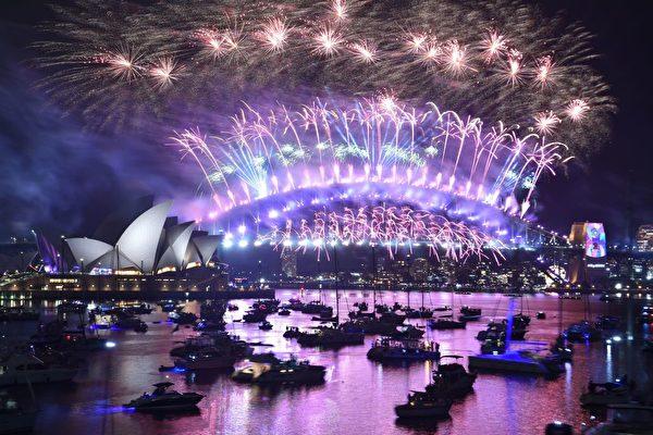 悉尼跨年煙火秀,讓海港大橋上的夜空奼紫嫣紅、璀璨奪目。(PETER PARKS/AFP/Getty Images)