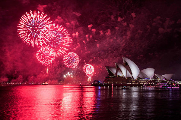 悉尼跨年煙火秀,讓海港大橋上的夜空奼紫嫣紅、璀璨奪目。(Jessica Hromas/Getty Images)
