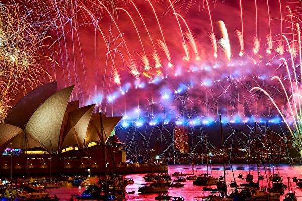 悉尼午夜的煙火秀時長12分鐘,五彩的煙火照亮夜空。(Brett Hemmings/Getty Images)