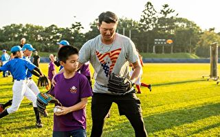 王建民擔任中華職棒專業棒球投手訓練營講師