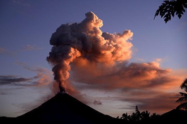 周三(10月3日),印度尼西亞中部蘇拉威西島上的索普坦山(Mount Soputan)火山噴發,噴出熔岩流和灰雲。圖為索普坦山資料圖。(Adi DWI SATRYA/AFP PHOTO/ADI DWI SATRYA)