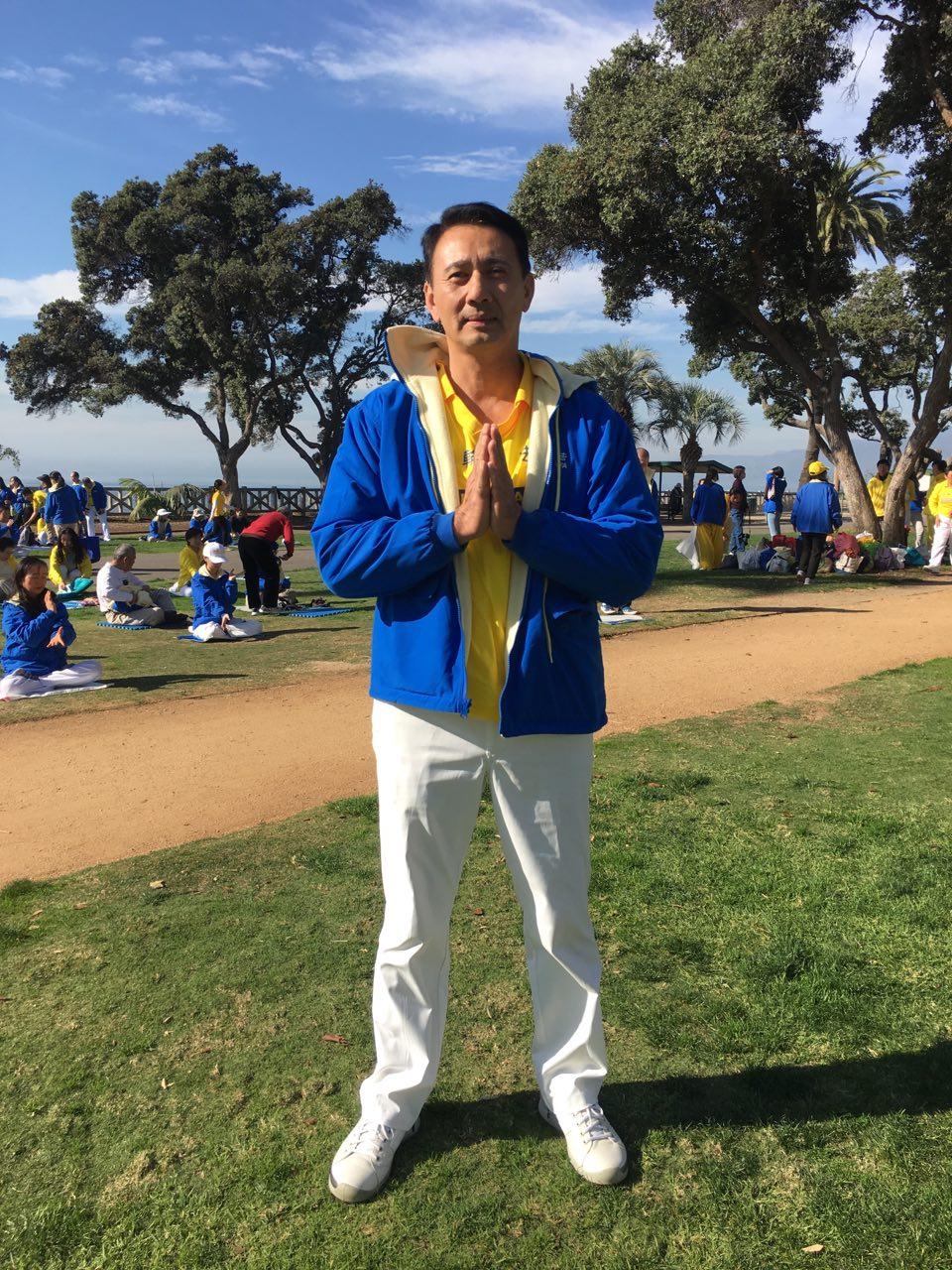 住在杭庭頓海灘(Huntington Beach)的越南裔地產經理人Nhat Hoang,當天開了1個多小時的車,到海邊向法輪大法創始人李洪志先生拜年。(姜琳達/大紀元)