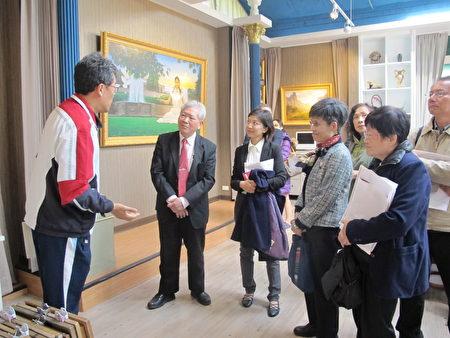 校長張凱瑞(左一)向來賓導覽學生的畫作。