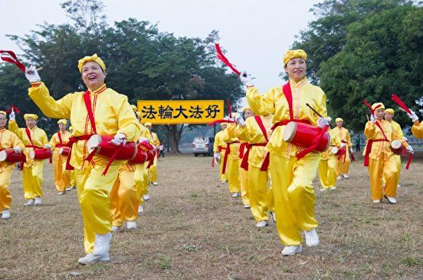 法輪大法腰鼓隊踏著歡快步伐,擊鼓鼕鼕傳送新年祝願。(羅瑞勳/大紀元)