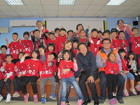 张正杰老师与低年级学生合影。