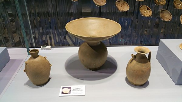 唐代越窯青瓷:穿帶壺 、渣斗(中) 、執壺。(筆者拍攝/大紀元)