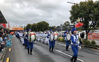 奥克兰西区圣诞游行 民众赞天国乐团