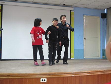 张正杰老师让学生扮演新郎新娘的角色体验不同音乐的节奏