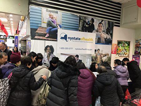 现场社区民众、特别是那些还从来没有投保的民众在纽约州健保咨询处,纷纷询问自己的情况。