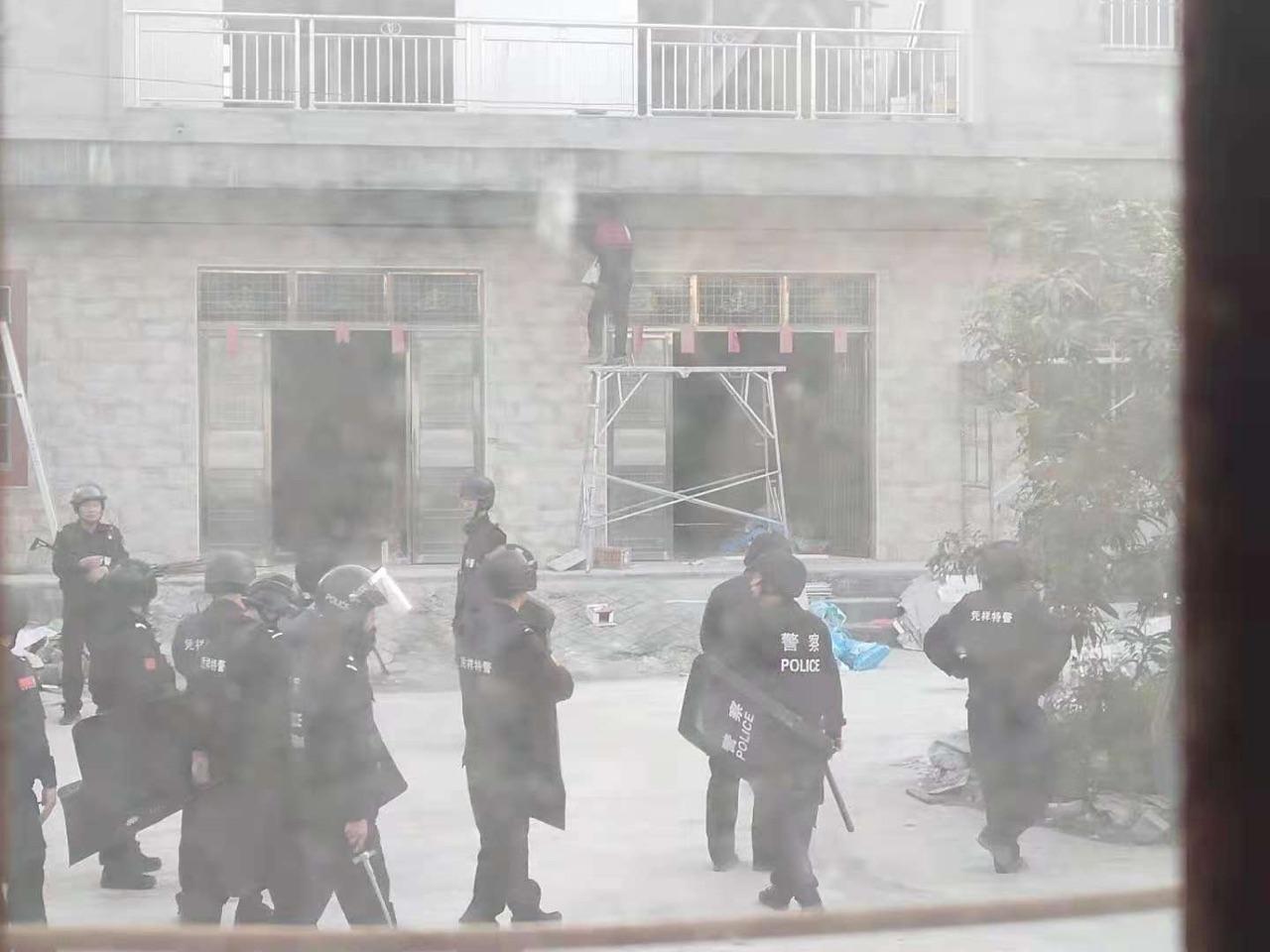 11月29日下午,防暴警察進村抓捕村民。(受訪者提供)