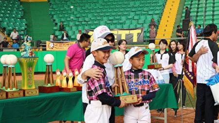 市長黃敏惠頒贈低年級冠軍獎盃。