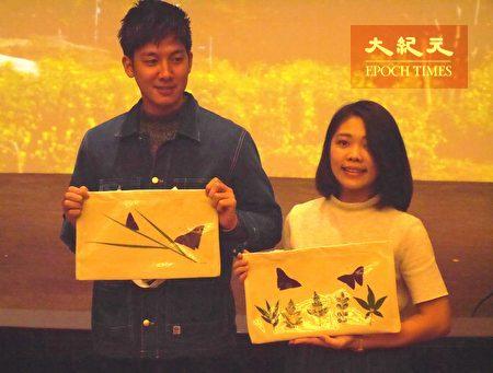 小林贤伍(左)展示手作植物染布包。
