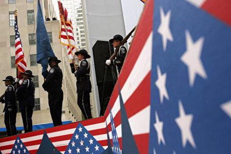 美國海關和邊境保護榮譽衛隊成員參加2004年10月26日在紐約市舉行的新美國公民宣誓就職儀式。 (Spencer Platt/Getty Images)