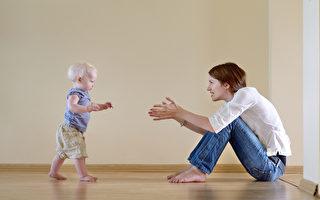 看小孩学走路 体会做人道理