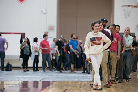 美國佐治亞州設在高中的一處投票點等待投票,佐治亞州的下任州長競爭非常激烈。 (Jessica McGowan/Getty Images)