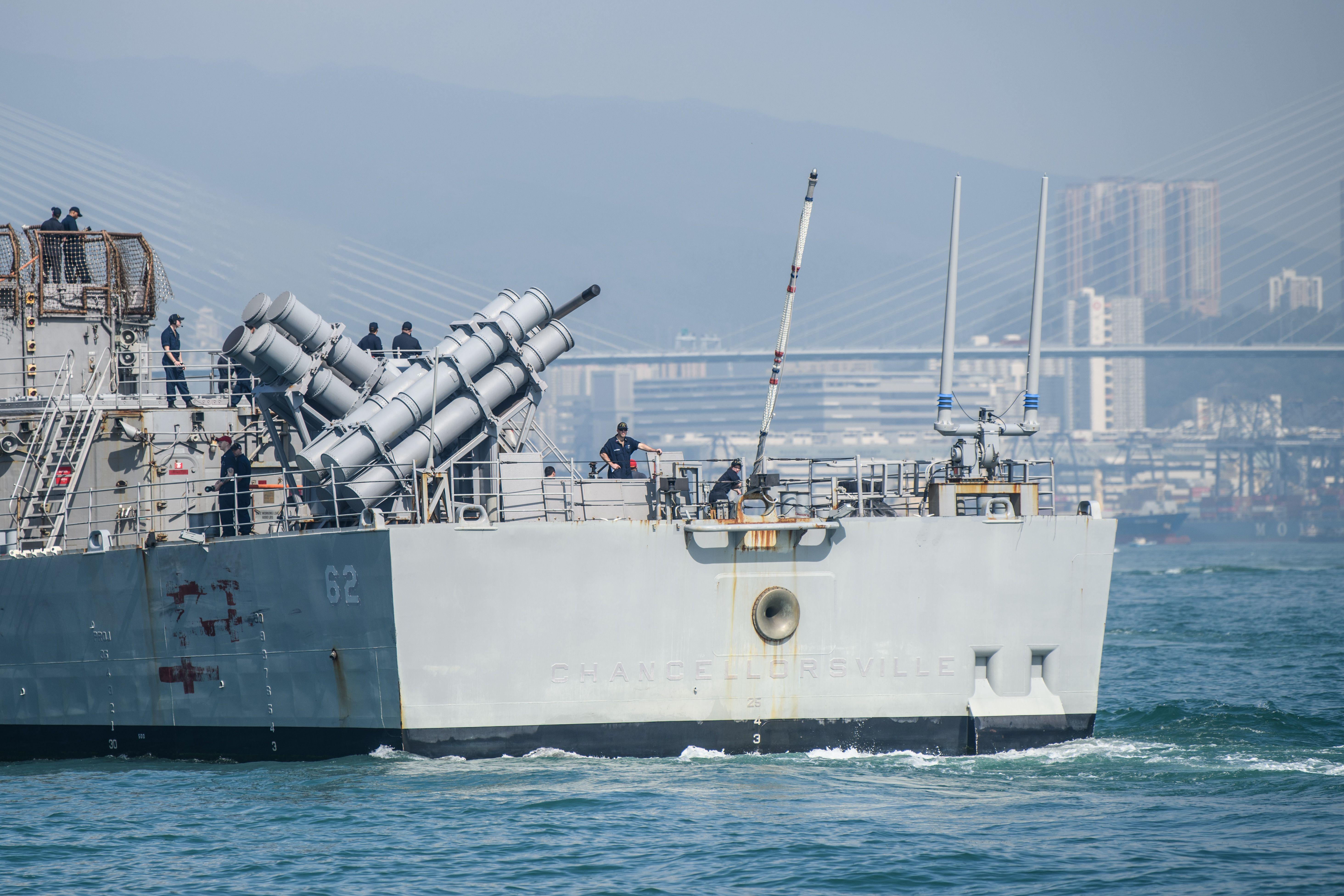 2018年11月21日,在香港外海的美軍導彈巡洋艦錢瑟勒斯維爾號(USS Chancellorsville)。(ANTHONY WALLACE/AFP/Getty Images)