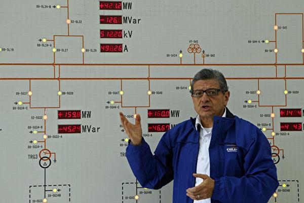 11月20日,厄瓜多爾國有電力公司CELEC總經理Gonzalo Uquillas和當局其他官員參觀大壩。根據當局報告,由中企建造的這個大壩存在結構性損壞問題。(CRISTINA VEGA/AFP/Getty Images)