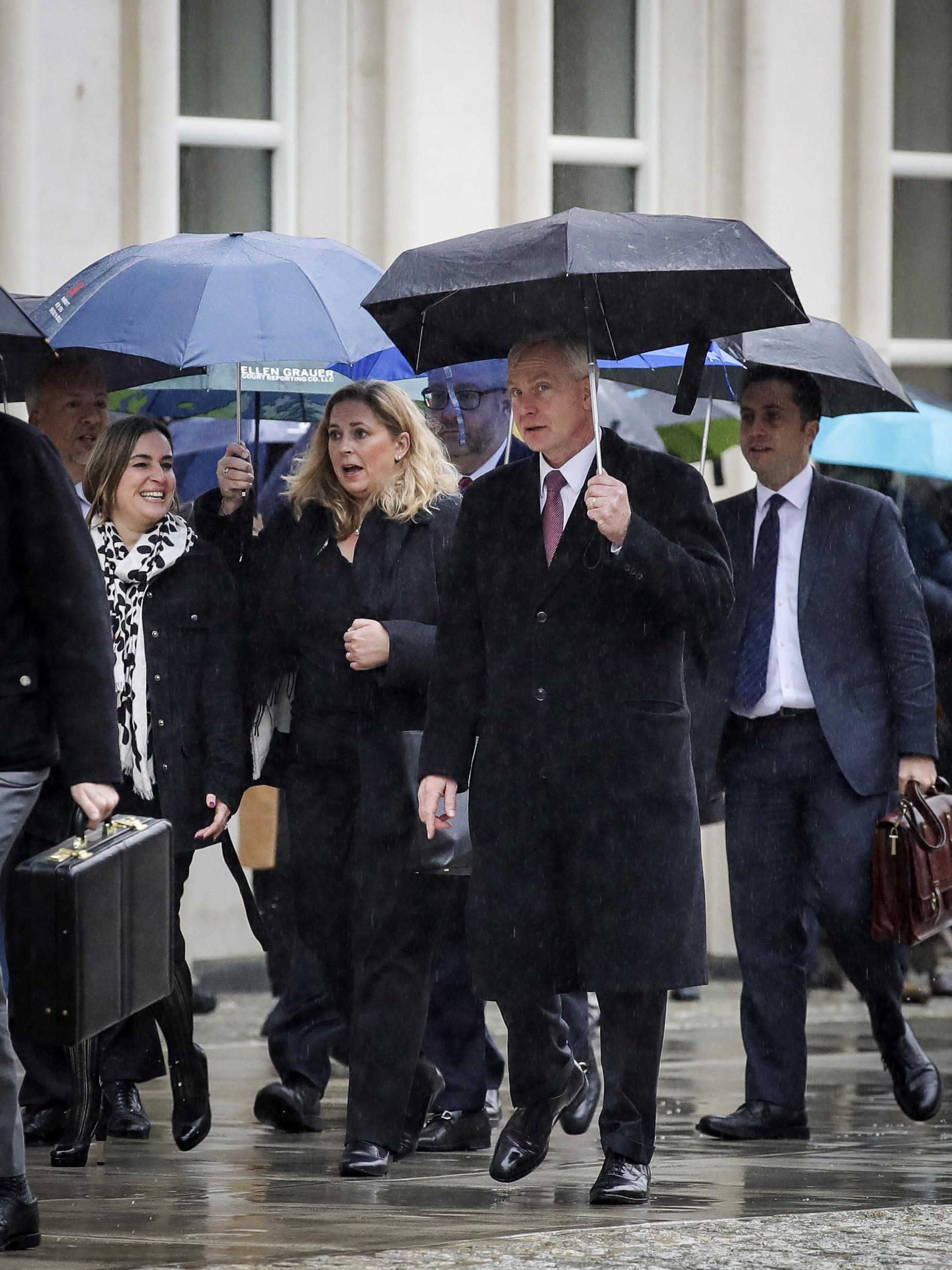 圖為2018年11月司法部紐約東區檢察官Richard Donoghue(前排右一)帶領起訴小組成員抵達紐約東區聯邦法院,作為檢方出席對墨西哥毒槍Joaquin Guzman的庭審。(Drew Angerer / Getty Images)
