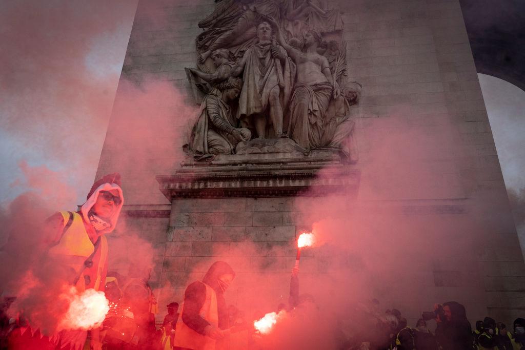 12月1日,「黃背心」運動再次在法國造成巨大暴亂,並蔓延到鄰國比利時。(Veronique de Viguerie/Getty Images)