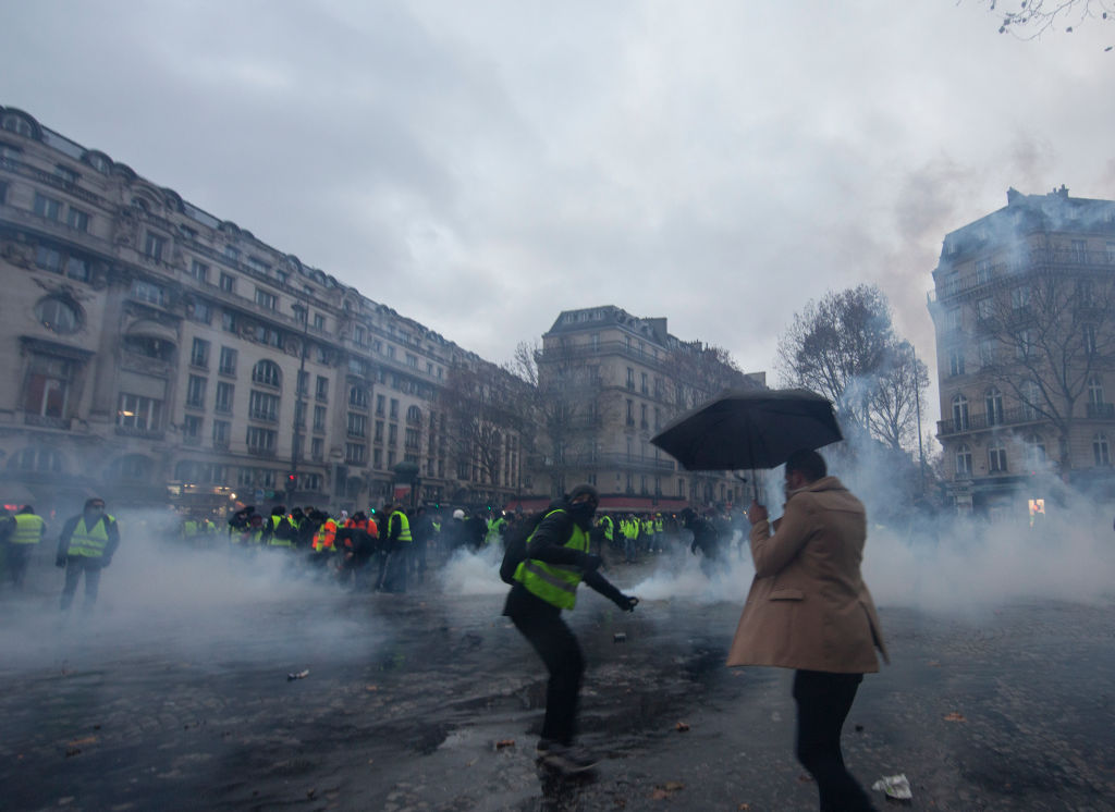 12月1日,「黃背心」運動再次在法國造成巨大騷亂,並蔓延到鄰國比利時。 (Veronique de Viguerie/Getty Images)