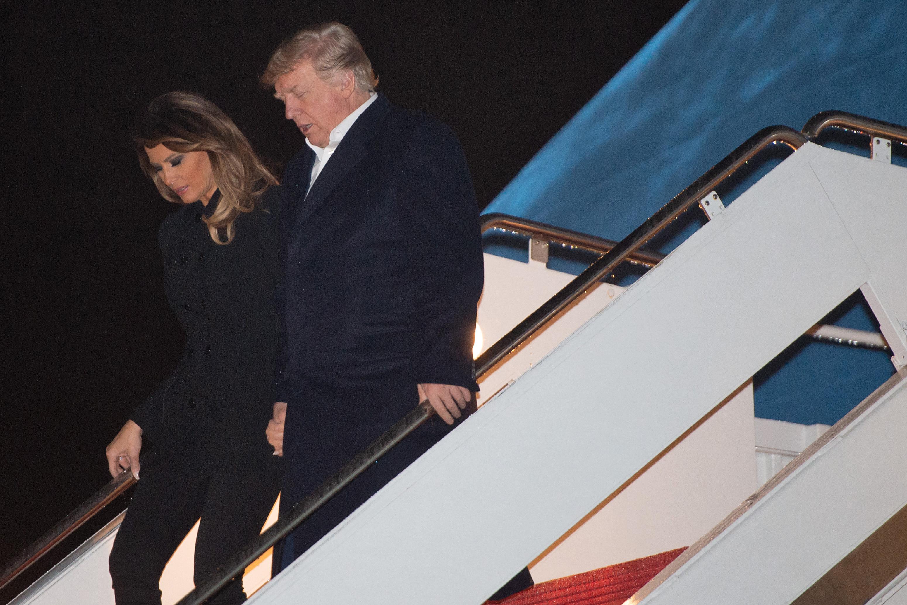 美國總統特朗普在結束特習會後立即搭空軍一號返美。圖為特朗普及第一夫人搭空軍一號返抵美國。(SAUL LOEB/AFP/Getty Images)