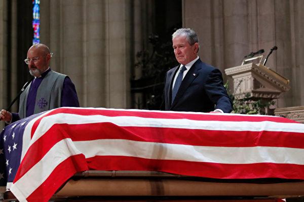 美國前總統小布什輕撫他父親老布什的靈柩。(Alex Brandon/Getty Images/Pool)