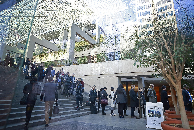 中國電信巨頭華為公司的首席財務官孟晚舟去年12月1日在溫哥華被捕,可能會被引渡到美國面臨欺詐指控。圖為去年12月7日,孟晚舟出庭聆訊,法院外的人群。(Jeff Vinnick/Getty Images)