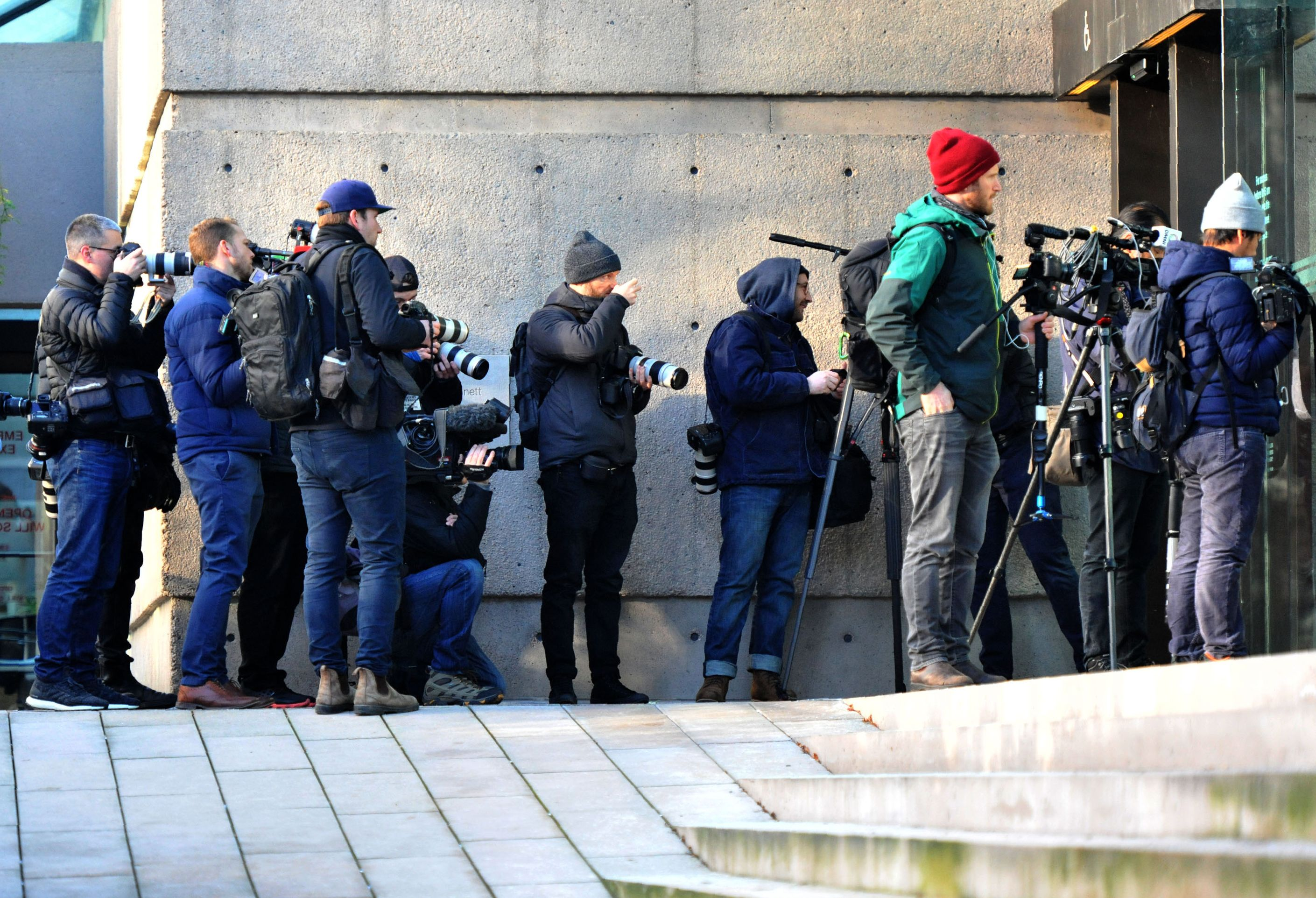 等待在法庭外的媒體記者。(DON MACKINNON/AFP/Getty Images)