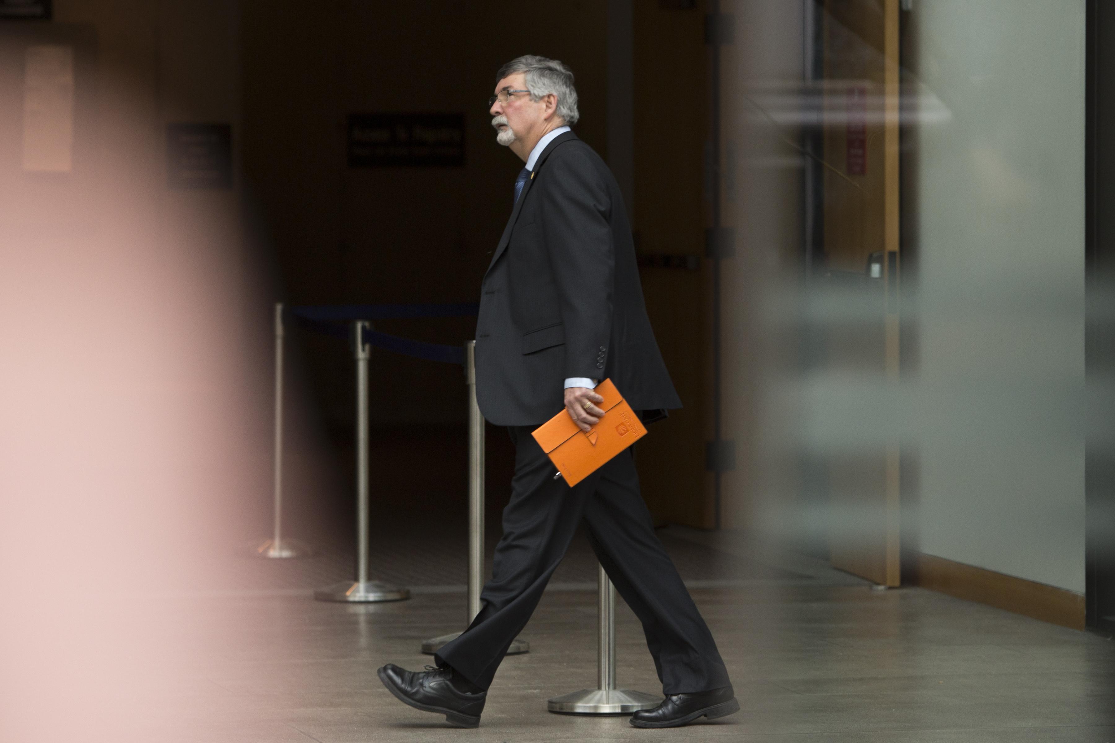 12月10日,獅門風險管理(Lions Gate Risk Management,下簡稱LG )的首席執行官費勒(Scot Filer)在作證後步出法庭。(JASON REDMOND/AFP/Getty Images)