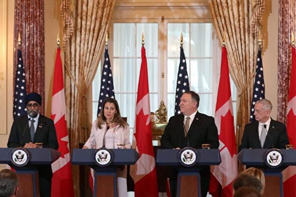 周五,蓬佩奧(右二)在華府與加拿大外交部長方慧蘭(Chrystia Freeland,左二)會晤。美國國防部長馬蒂斯(右一)和加拿大國防部長石俊(Harjit Sajjan,左一)共同舉行了新聞發佈會。(Mark Wilson/Getty Images)
