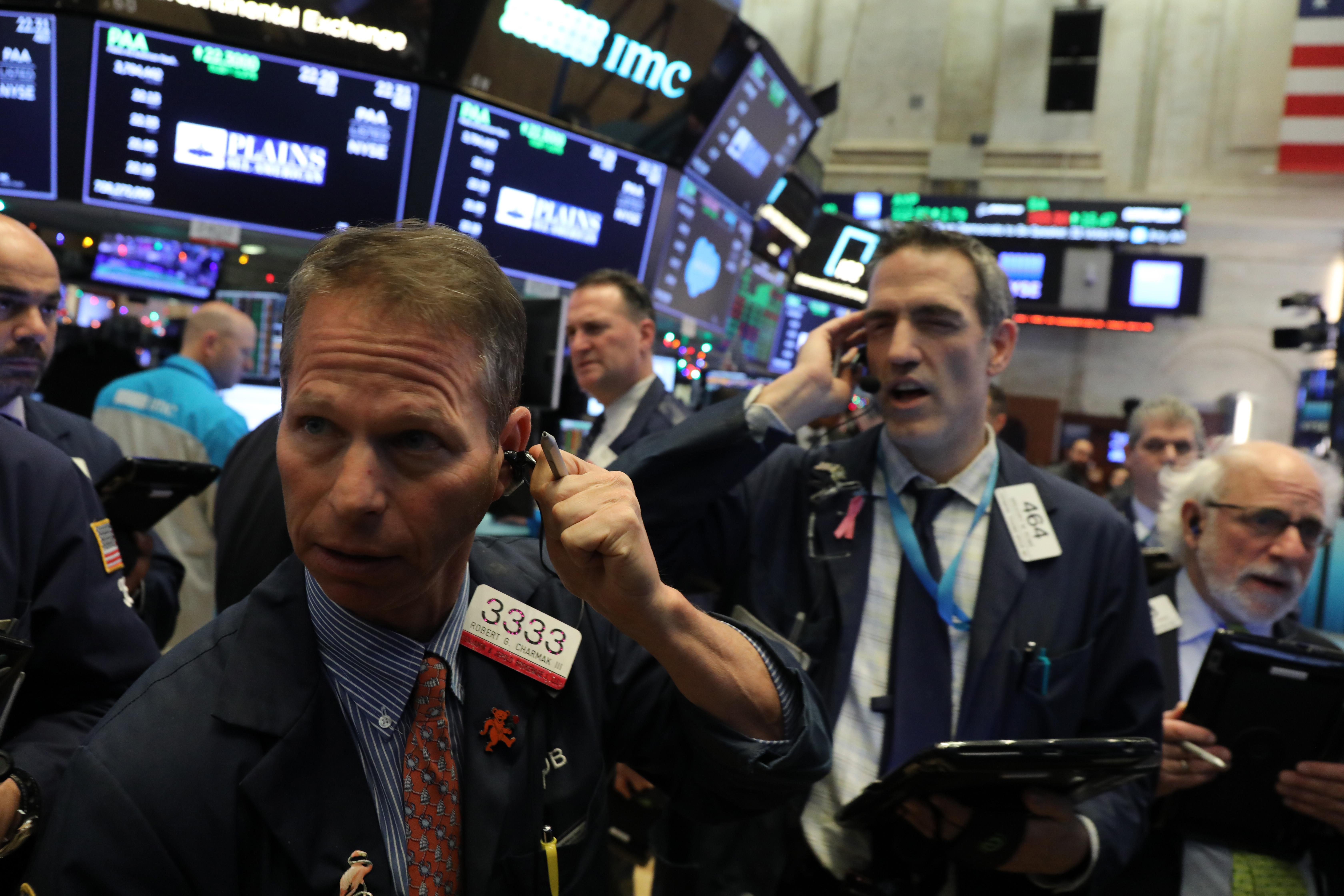 美國股市對美聯儲12月19日的加息決定,表現為三大股指齊跌。圖為12月19日的紐約證交所交易場內一景。(Spencer Platt/Getty Images)