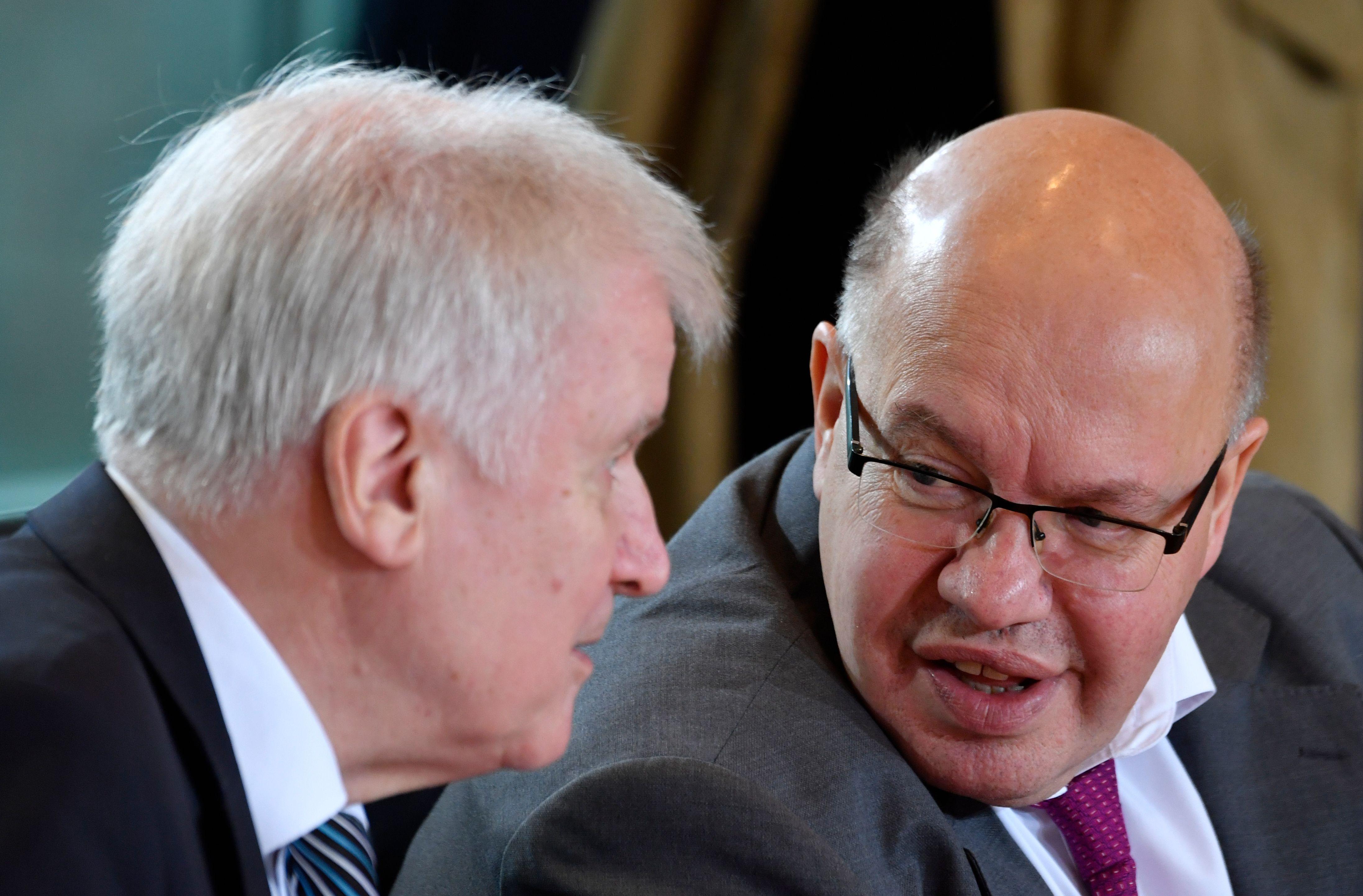 週三(12月19日),德國聯邦內閣批准了《〈對外經貿法〉執行條例》修訂案,收緊非歐盟投資者特別是中資對德國戰略企業的收購。圖為週三內閣會前,內政部長西霍夫(Horst Seehofer,圖左)和經濟部長阿爾特邁爾(Peter Altmaier,圖右)在談話。(JOHN MACDOUGALL/AFP/Getty Images)