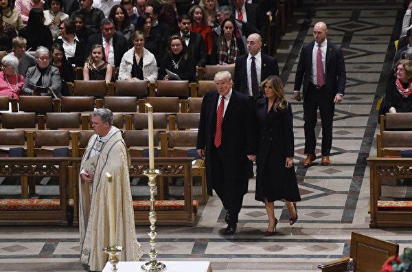 特朗普和梅拉尼婭參加華盛頓國家大教堂的平安夜禮拜。( Olivier Douliery – Pool/Getty Images)