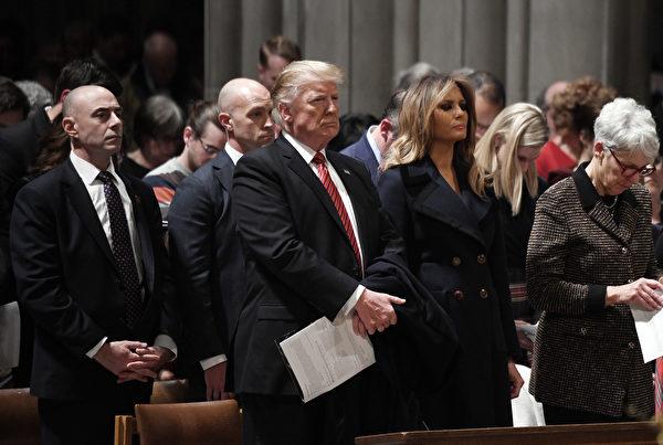 特朗普和梅拉尼婭參加華盛頓國家大教堂的平安夜禮拜。(Olivier Douliery – Pool/Getty Images)