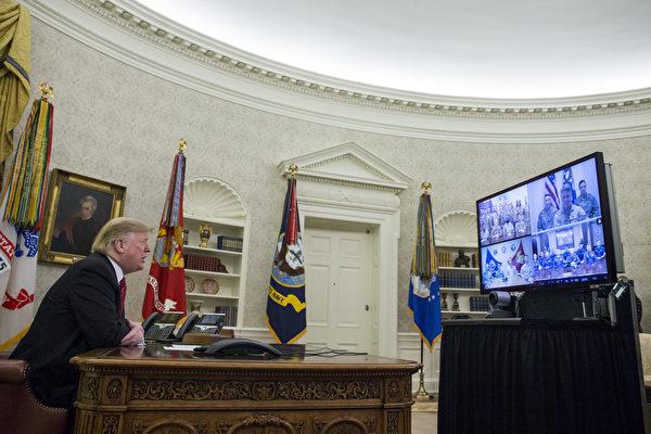 聖誕節當日,特朗普在白宮橢圓形辦公室,和美國全球駐軍部隊、海軍陸戰隊、海軍、空軍和海岸警衛隊的服務人員影片通話。(Zach Gibson-Pool/Getty Images)