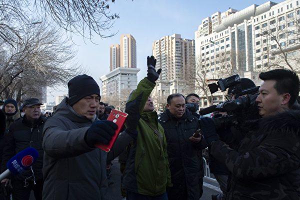 黑龍江維權人士楊春林被便衣帶走。( NICOLAS ASFOURI/AFP/Getty Images)