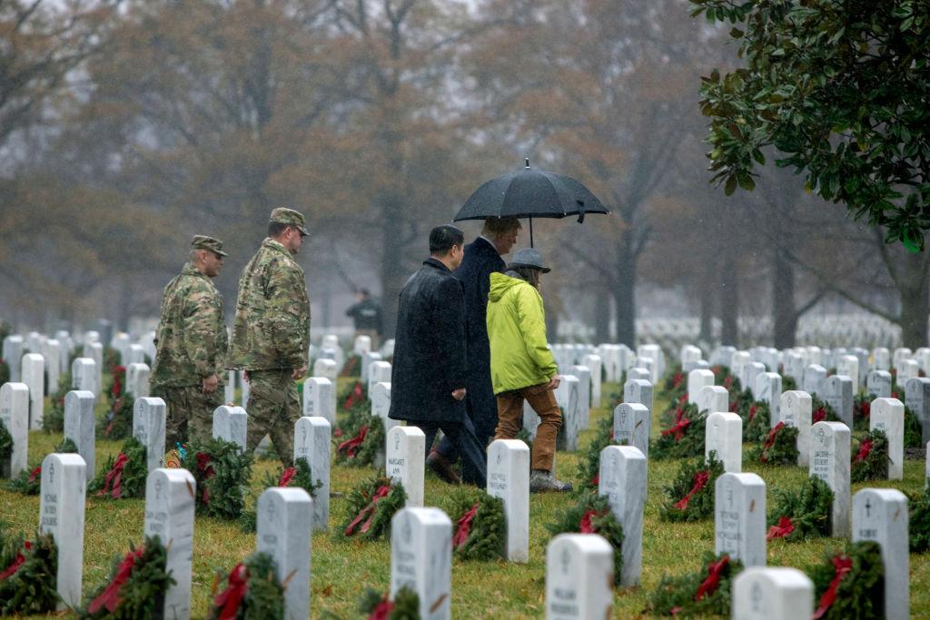 冒雨訪阿靈頓國家公墓 特朗普向美國烈士致敬