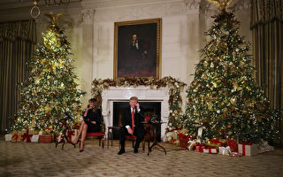 川普携夫人平安夜当义工 回答孩子圣诞提问