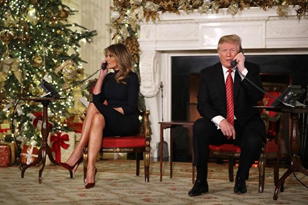 聖誕節前一天(12月24日),美國總統特朗普和第一夫人梅拉尼婭在白宮當義工,接聽孩子們的聖誕電話,並回答問題。(Chip Somodevilla/Getty Images)