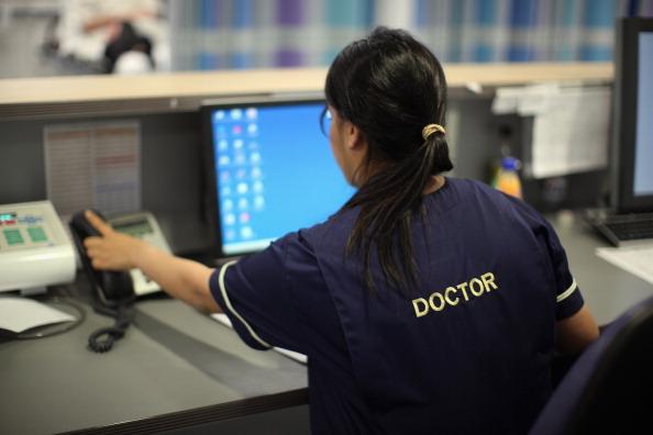 新的移民政策計劃取消高技術移民的人數限制,這將有利於公費醫療部門招收外國醫生。(Christopher Furlong/Getty Images)